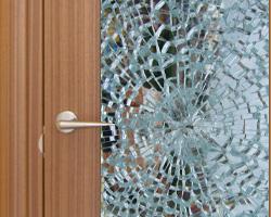 Замена разбитого стекла в двери Киев